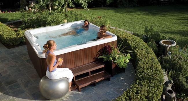 Jacuzzi® hidromasažni bazen PREMIUM J-235 u vrtu